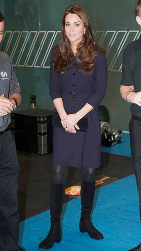 Кейт Миддлтон в темно синем платье с поясом на талии