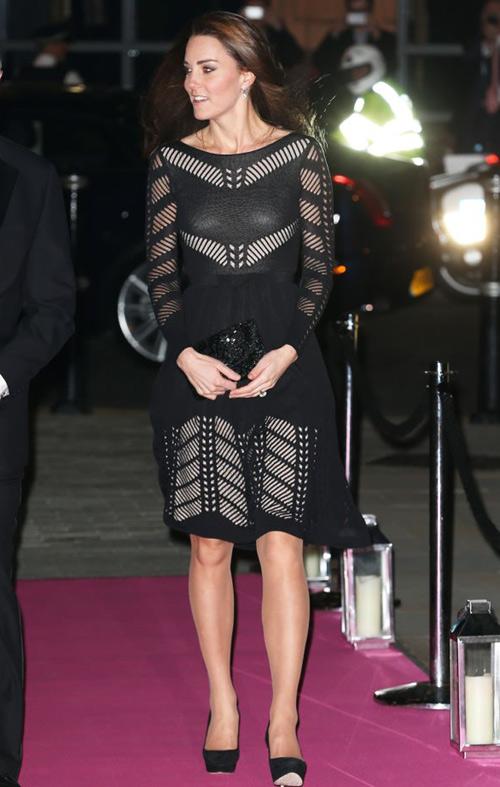 Кейт Миддлтон в черном клатче и элегантным туфлях на каблуках
