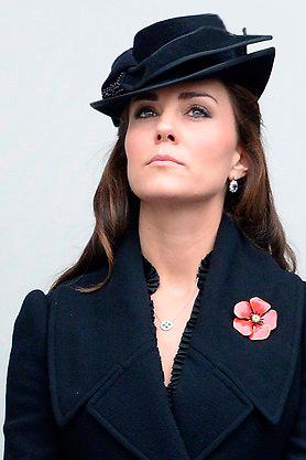 Кейт Миддлтон в черном пальто во время возложения венков к надгробию памятника Кенотафа