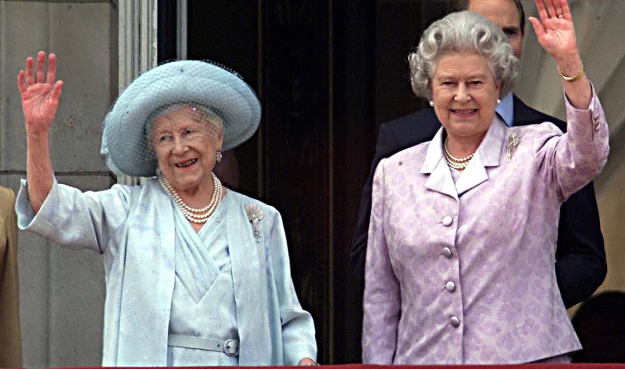 Королева Елизавета II со своей матерью, в день ее столетия.