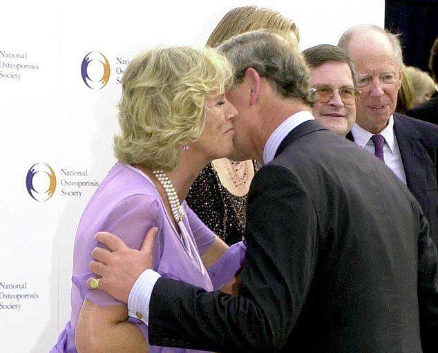 Принц Чарльз впервые публично поцеловал Камиллу Паркер Боулз