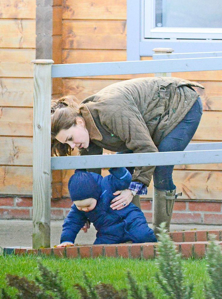 Kate-Middleton-Prince-George-Petting-Zoo-Pictures6