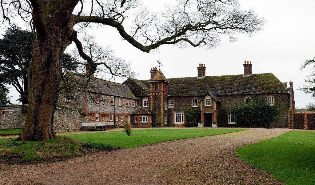 stunning-Anmer-Hall-Sandringham-estate-England-1hd9RGCYFgEx-1024x601[1]