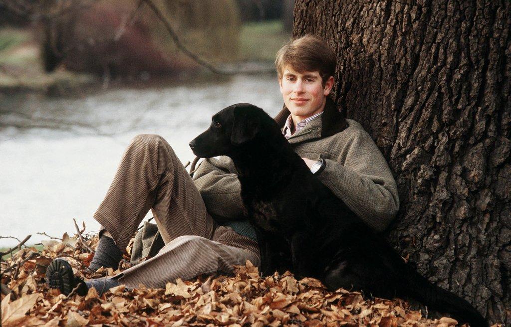 young-Prince-Edward-posed-his-Black-Labrador-Frances