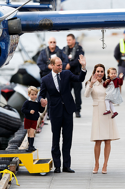 VICTORIA, BC - OCTOBER 01: (L-R) Prince George of Cambridge, Prince William, Duke of Cambridge, Catherine, Duchess of Cambridge and Princess Charlotte wave as they leave from Victoria Harbour to board a seaplane on the final day of their Royal Tour of Canada on October 1, 2016 in Victoria, Canada. Prince William, Duke of Cambridge, Catherine, Duchess of Cambridge, Prince George and Princess Charlotte are visiting Canada as part of an eight day visit to the country taking in areas such as Bella Bella, Whitehorse and Kelowna. (Photo by Andrew Chin/Getty Images)