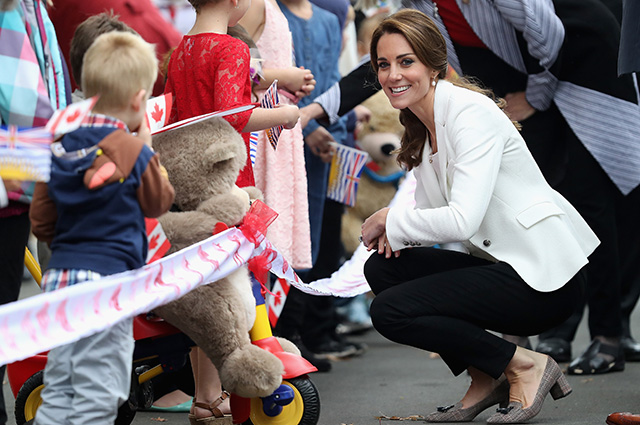 VICTORIA, BC - OCTOBER 01: Catherine, Duchess of Cambridge and Prince William Duke of Cambridge meets children at Cridge Centre for the Family on the final day of their Royal Tour of Canada on October 1, 2016 in Victoria, Canada. The Royal couple along with their Children Prince George of Cambridge and Princess Charlotte are visiting Canada as part of an eight day visit to the country taking in areas such as Bella Bella, Whitehorse and Kelowna (Photo by Chris Jackson/Getty Images)