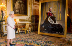 Britain's Queen Elizabeth views a portrait of herself by British artist Henry Ward, commissioned to mark her six decades of patronage to the British Red Cross, at Windsor Castle,  October 14, 2016. REUTERS/Dominic Lipinski/Pool     TPX IMAGES OF THE DAY