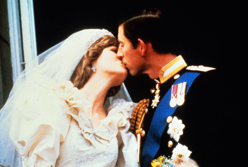 royal-tradition-kiss-balcony-buckingham-palace