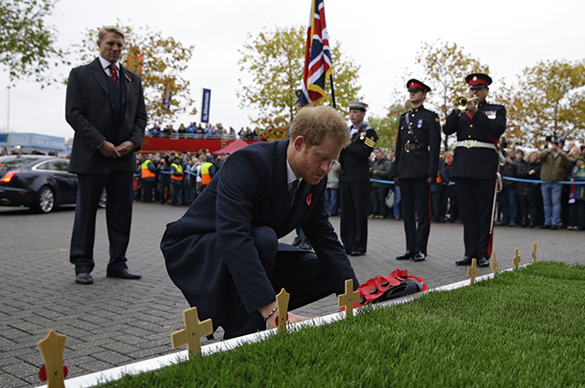 LONDON, ENGLAND - NOVEMBER 12: Prince Harry, Vice Patron of the Rugby Football Union lays a wreath commemorating the First World War ahead of the the Old Mutual Wealth Series match between England and South Africa at Twickenham Stadium on November 12, 2016 in London, England. (Photo by Alastair Grant - WPA Pool/Getty Images)