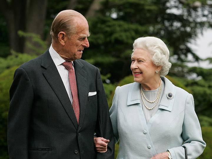 Елизавета II и принц Филипп отменили рождественские планы