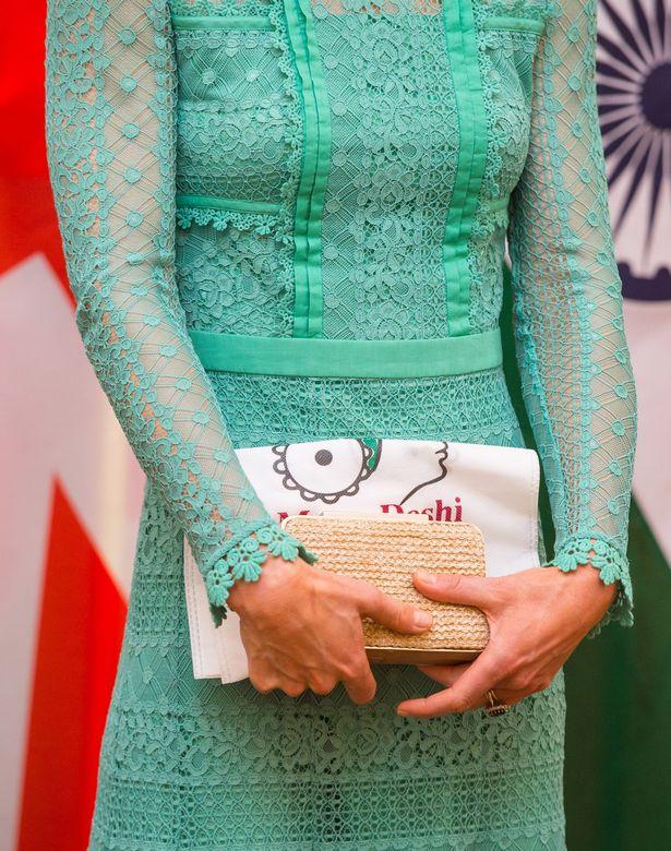 Есть причина, почему Кейт Миддлтон держит свой клатч двумя руками