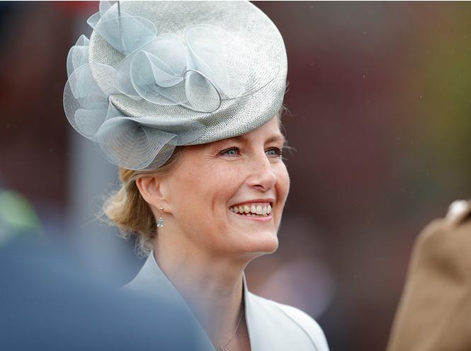 Пока Кейт Миддлтон на больничном: графиня Уэссекская приняла военный парад в 2019 году