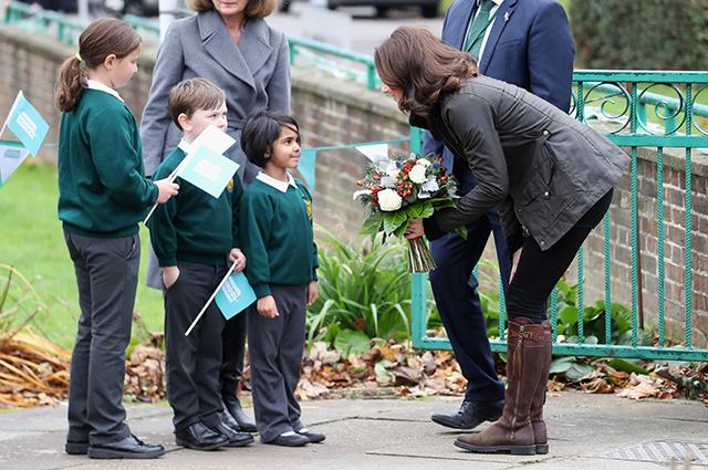 Кейт Миддлтон и школьники в роли заправских садоводов