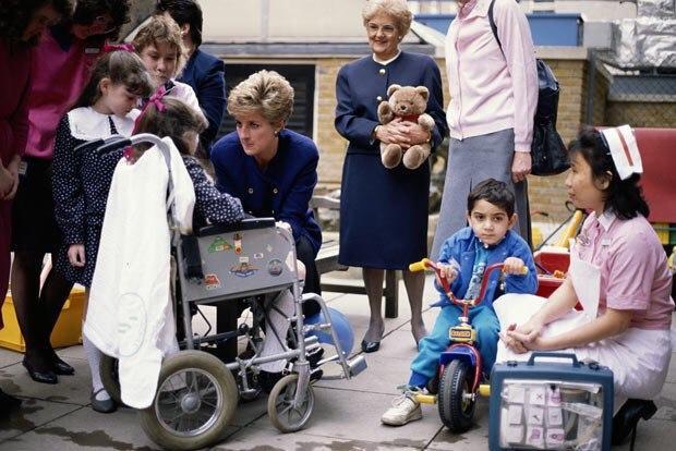 Кейт Миддлтон нанесла визит в больницу Great Ormond Street Hospital и школу Bond Primary School