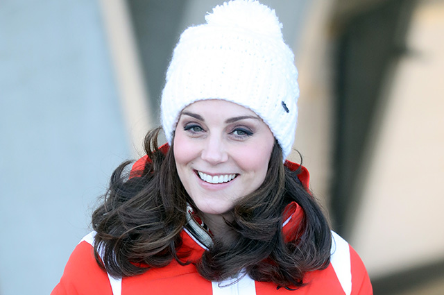 Уильям и Кейт Миддлтон в куртках и шапках на лыжном трамплине в Осло