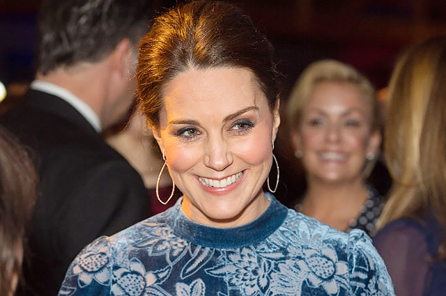 Образ Кейт Миддлтон в синем платье в галерее Fotografiska