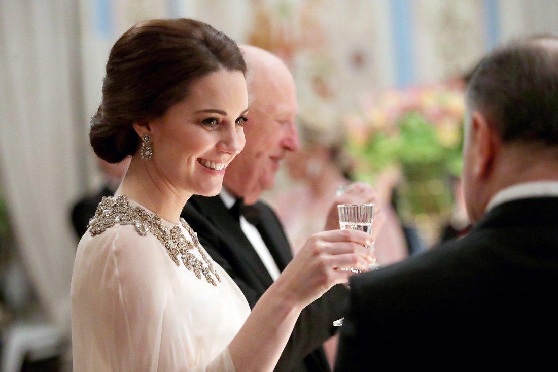Образ Кейт Миддлтон на ужине с королем Норвегии