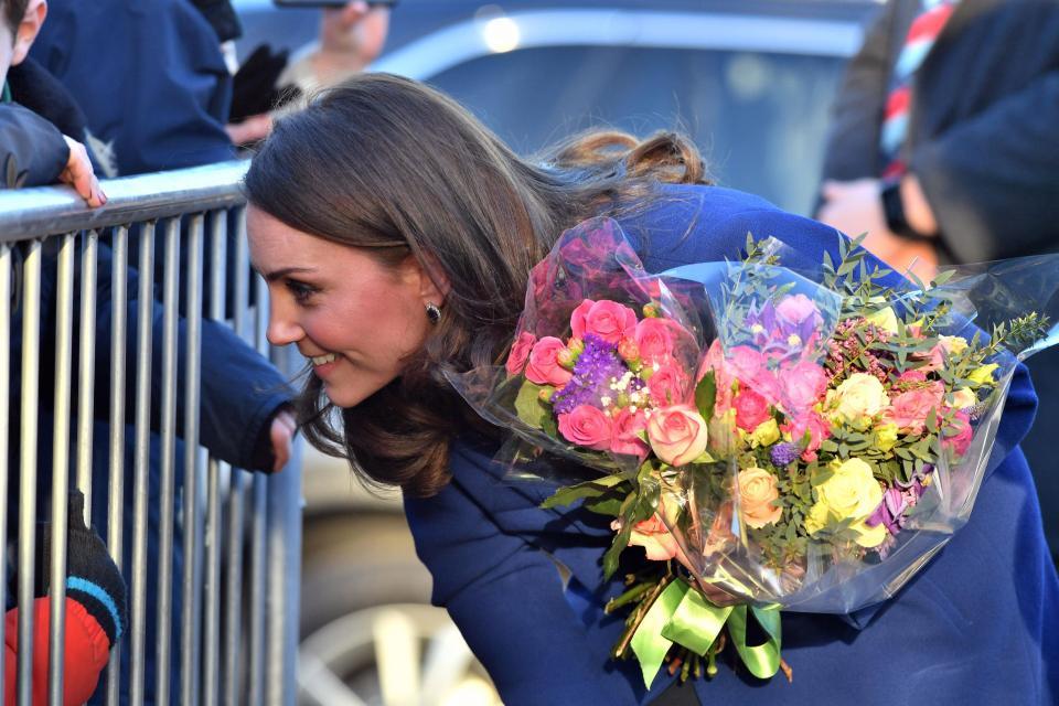 Кейт Миддлтон в синем пальто на открытии лечебного центра в Уикфорде