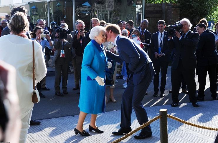 Елизавета II дала благословение на брак Гарри и Меган Маркл