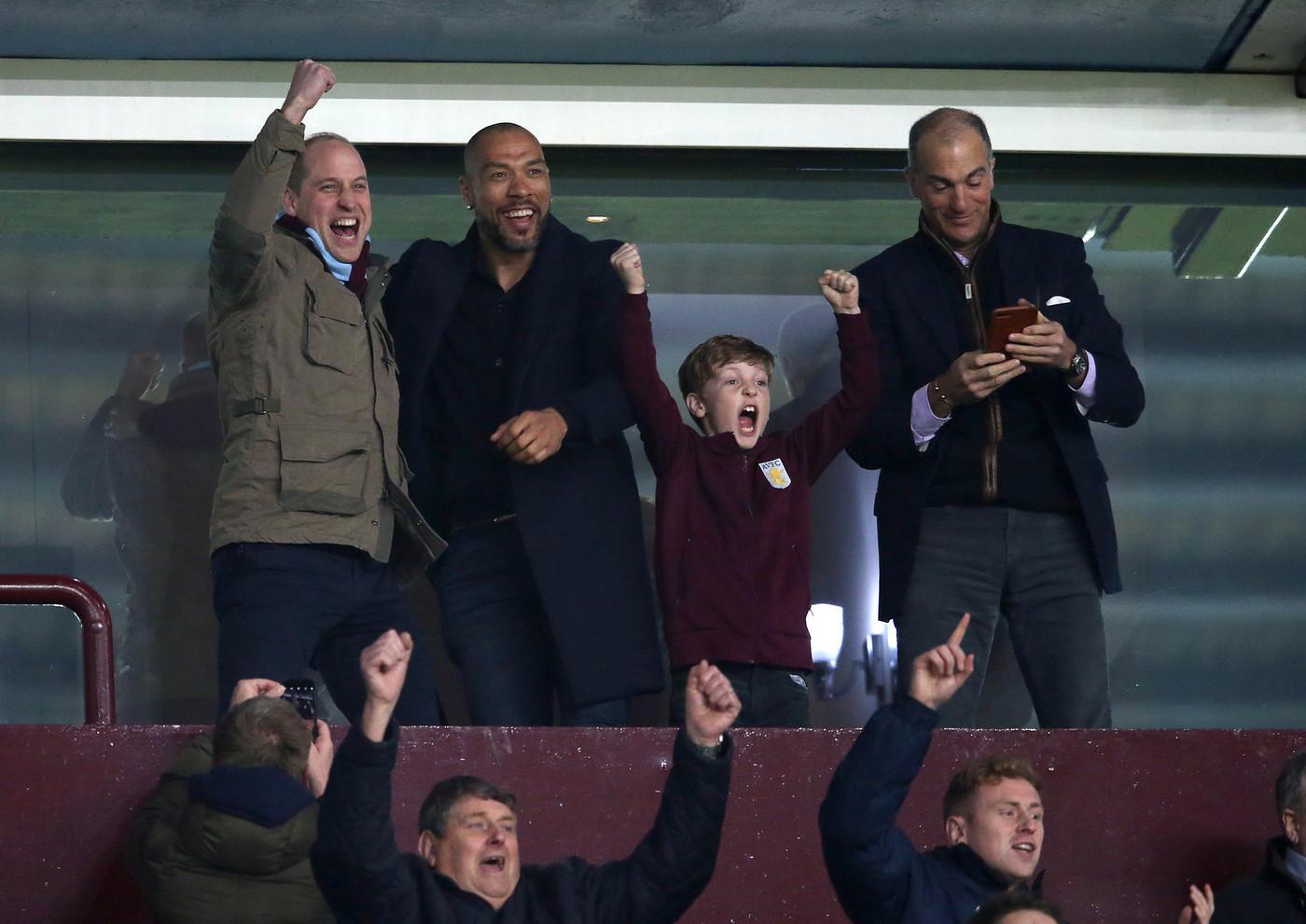 Пока Кейт Миддлтон готовится к родам, принц Уильям смотрит футбол