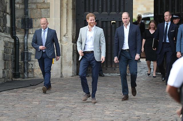 Принцы Гарри и Уильям вышли к поклонникам накануне свадьбы