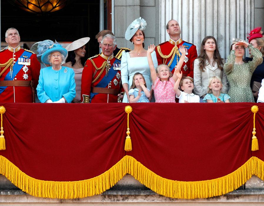 Принц Джордж, принцесса Шарлотта и другие дети на балконе Букингемского дворца