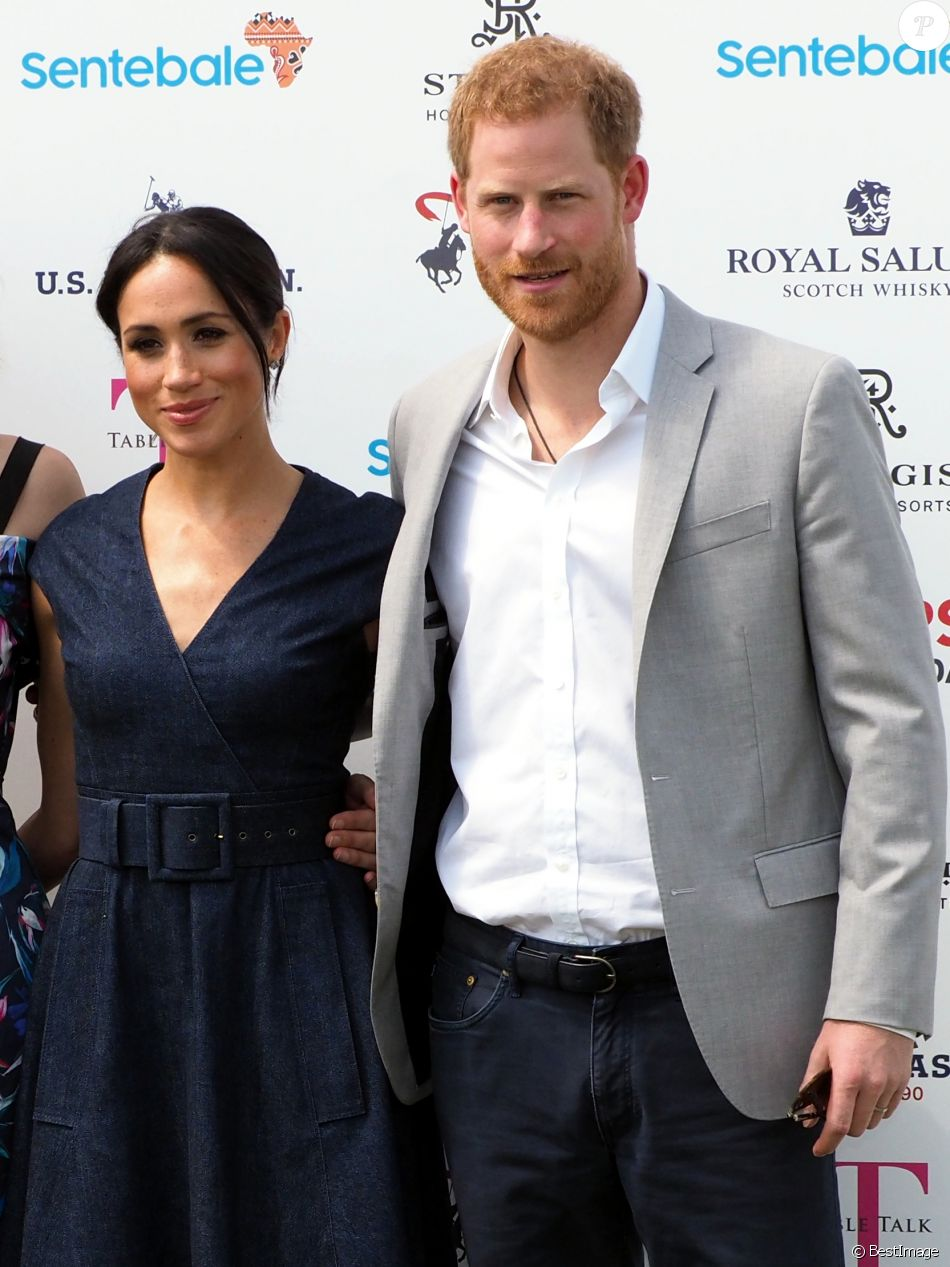 Меган Маркл в темно-синем платье поддержала принца Гарри на игре в поло