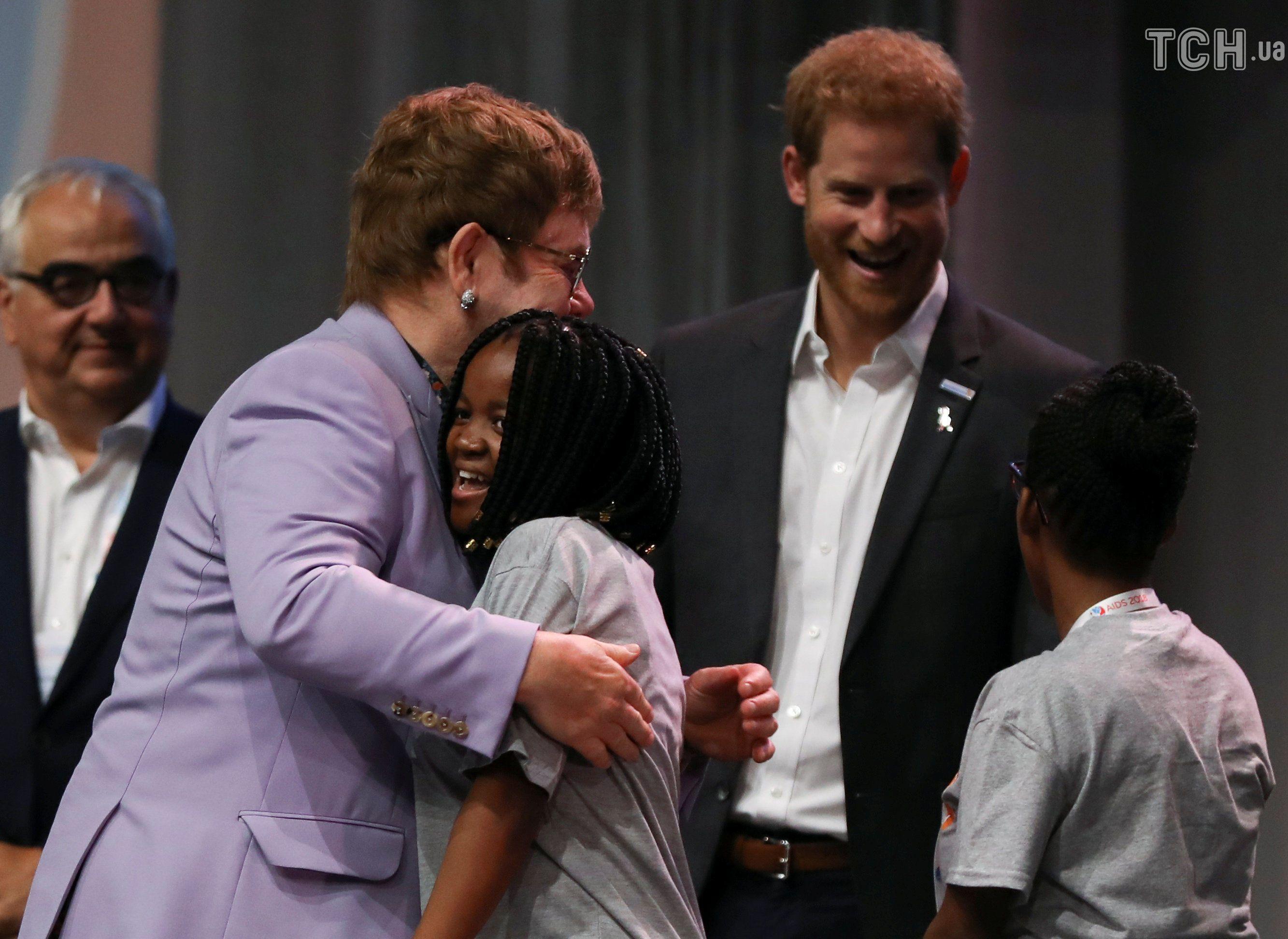 Принц Гарри и Элтон Джон создали коалицию для борьбы со СПИДом