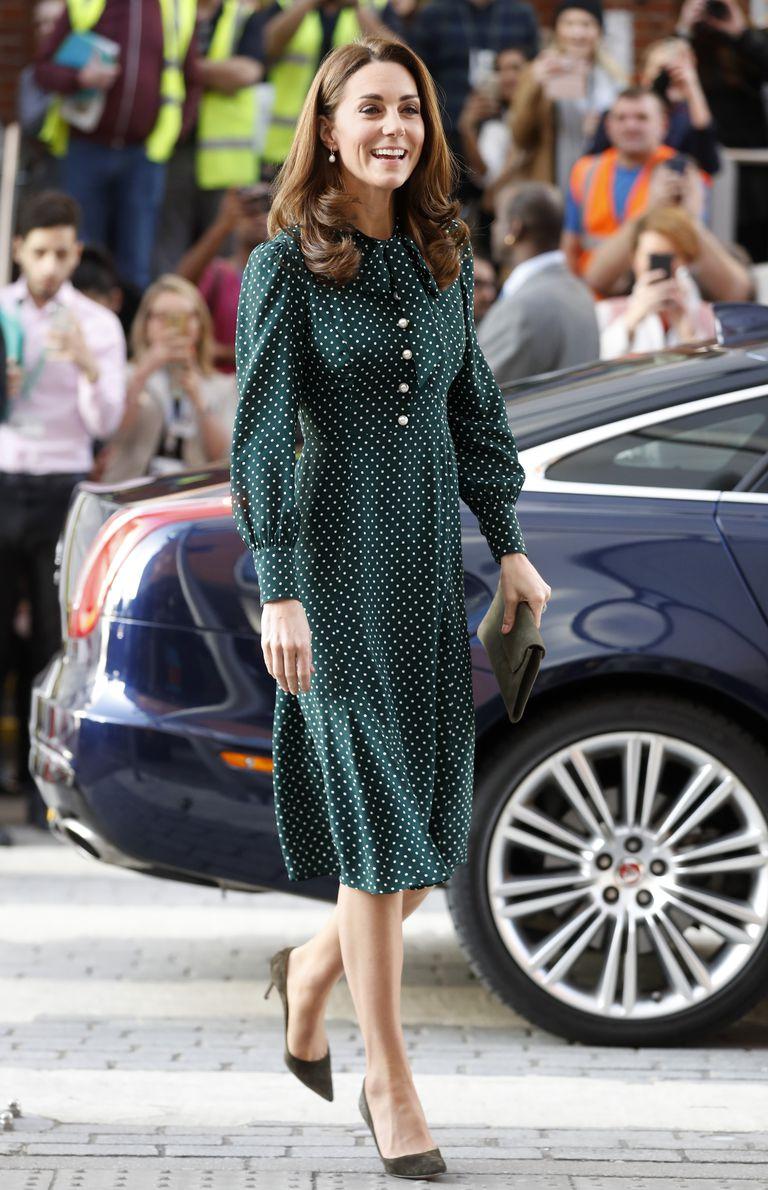 Кейт Миддлтон в платье в горошек снова вышла в свет