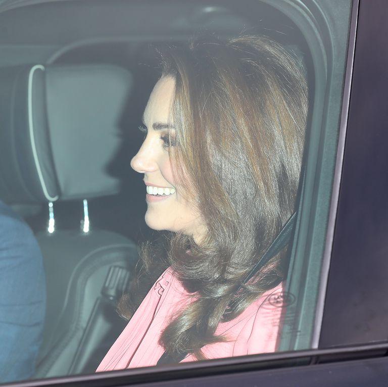 Кейт Миддлтон в розовом платье прибыла на предрождественский обед