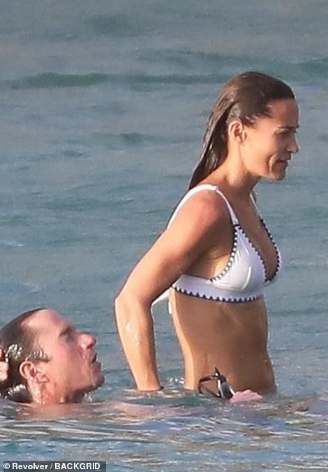 Сестра Кейт Миддлтон блеснула стройной фигурой на пляже
