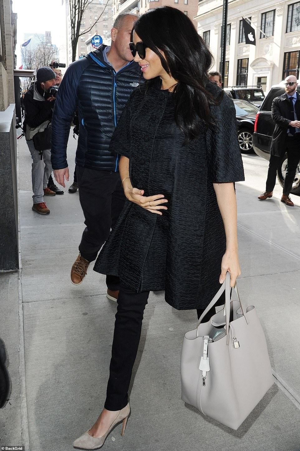 Меган Маркл на фото возле отеля в Нью-Йорке, где организовали вечеринку baby shower