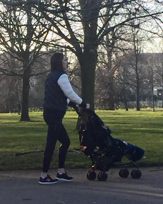 Кейт Миддлтон сфотографировали во время прогулки по парку с сыном
