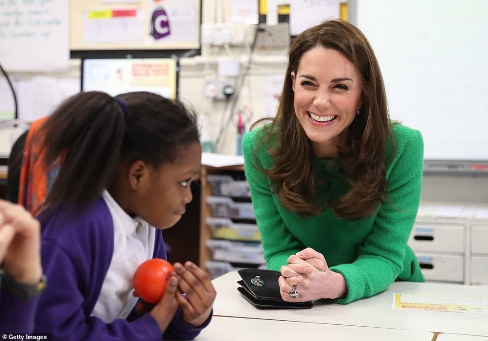 Кейт Миддлтон в ярком наряде побывала в двух школах