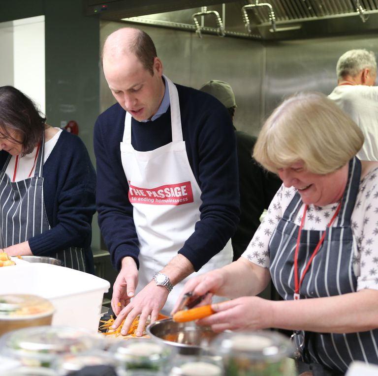 Муж Кейт Миддлтон побывал на кухне фонда The Passage, где приготовил еду бездомным