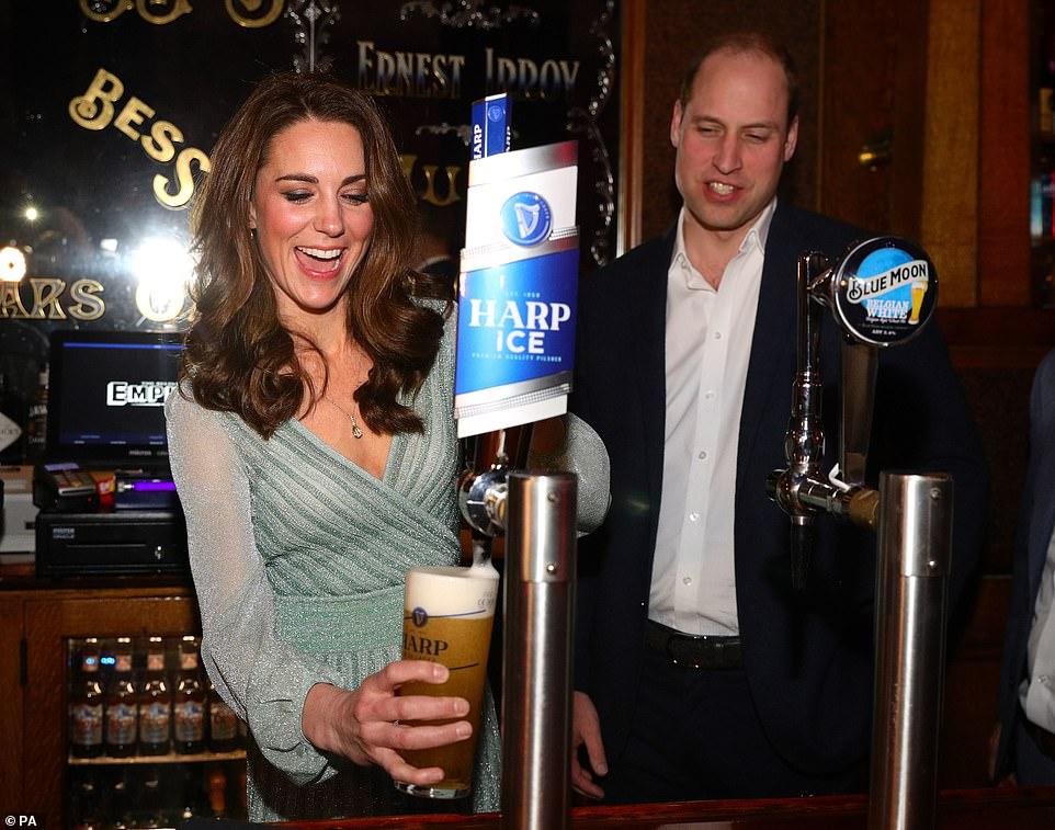 Кейт Миддлтон в платье от Missoni разливала пиво в ирландском пабе