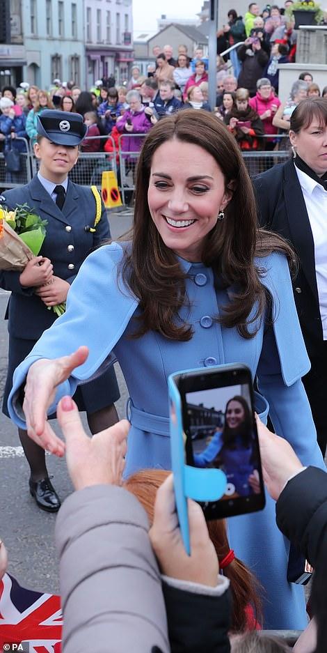 Кейт Миддлтон в голубом пальто прибыла с мужем в Баллинему
