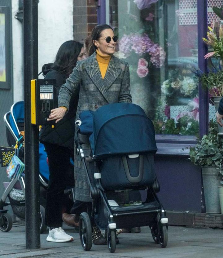 Сестра Кейт Миддлтон в клетчатом пальто на прогулке с сыном