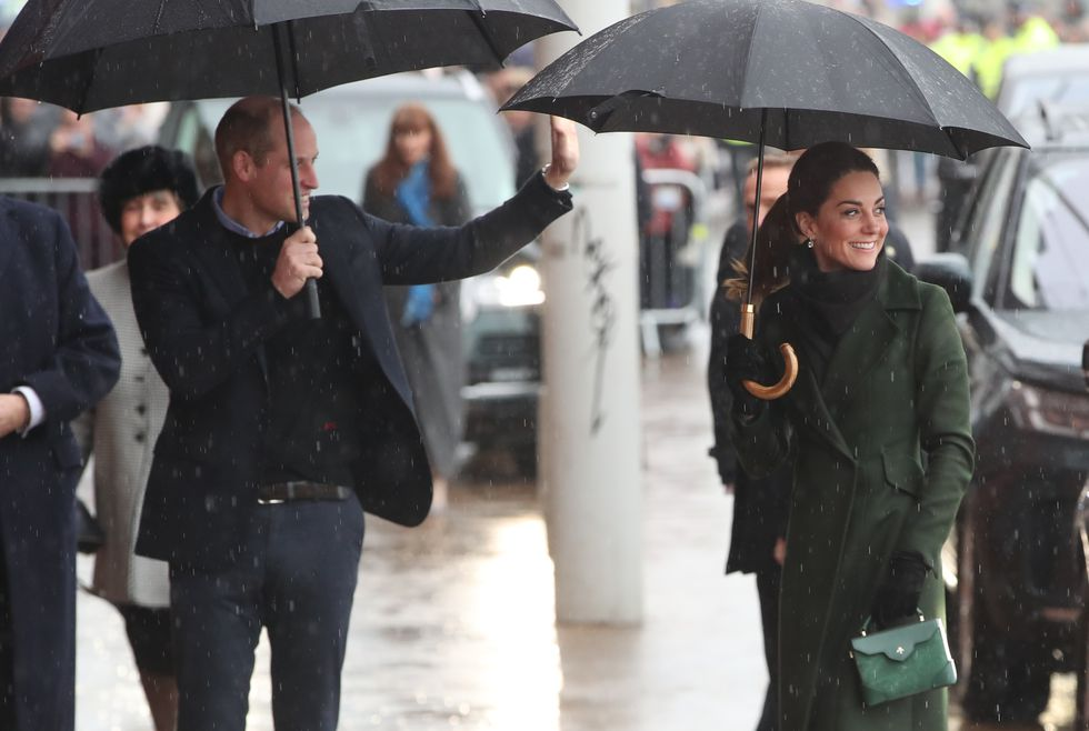 Принцу Уильяму и Кейт Миддлтон нелегко с прическами Шарлотты