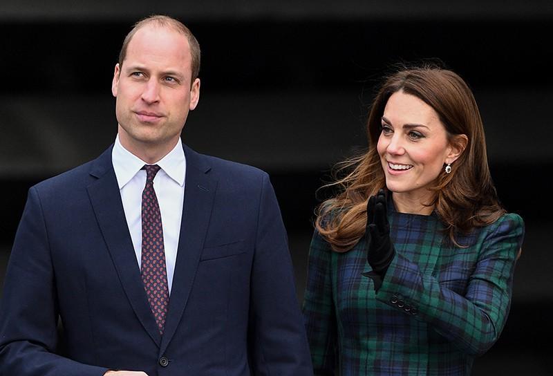 Принц Уильям и Кейт Миддлтон ограждаются от журналистов изгородью
