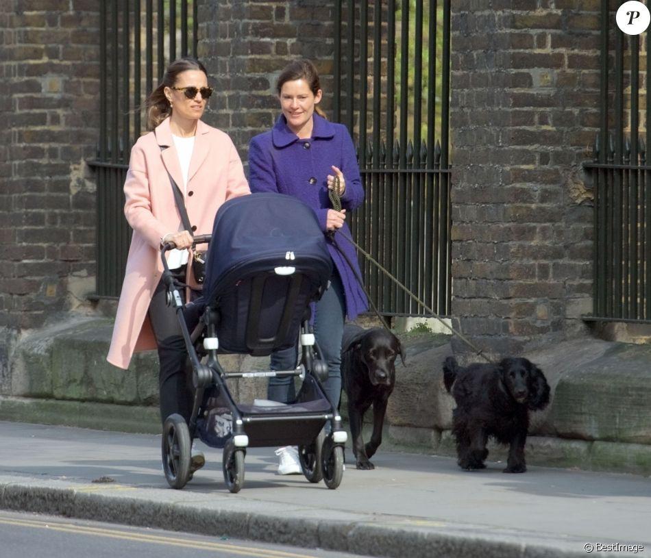 Сестра Кейт Миддлтон в розовом пальто на прогулке в Челси