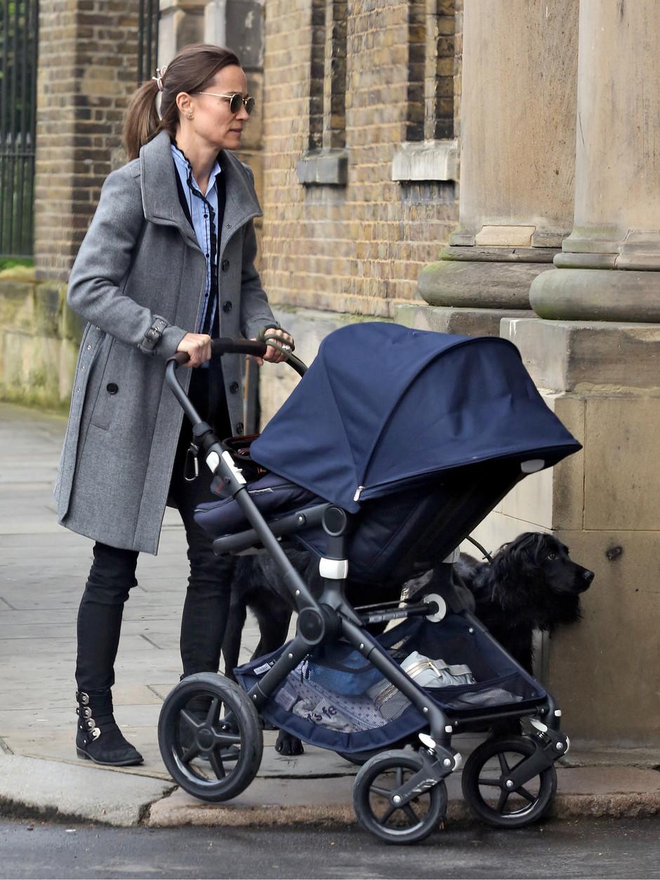Сестра Кейт Миддлтон в стильном образе вышла на прогулку с сыном