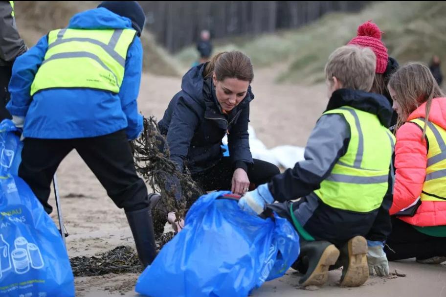 Принц Уильям и Кейт Миддлтон занялись сбором пластиковых отходов на пляже в Ньюборо