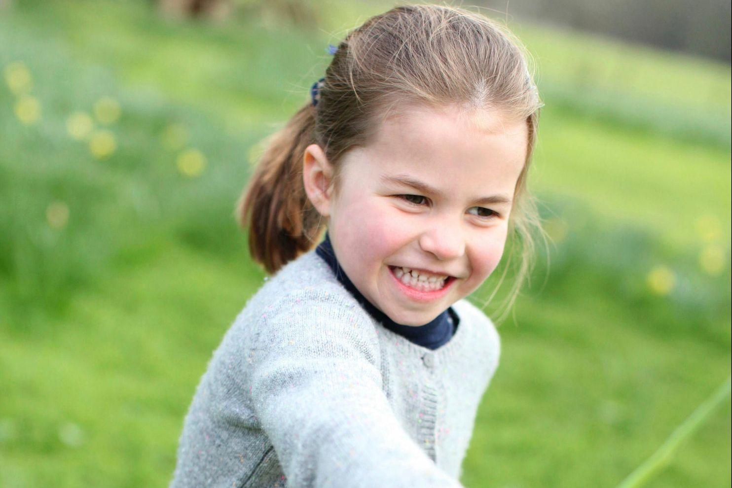 Дворец опубликовал новые фото принцессы Шарлотты, сделанные Кейт Миддлтон