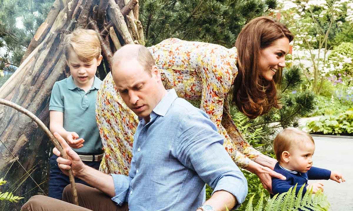 Принц Уильям и Кейт Миддлтон с детьми на прогулке в саду дикой природы