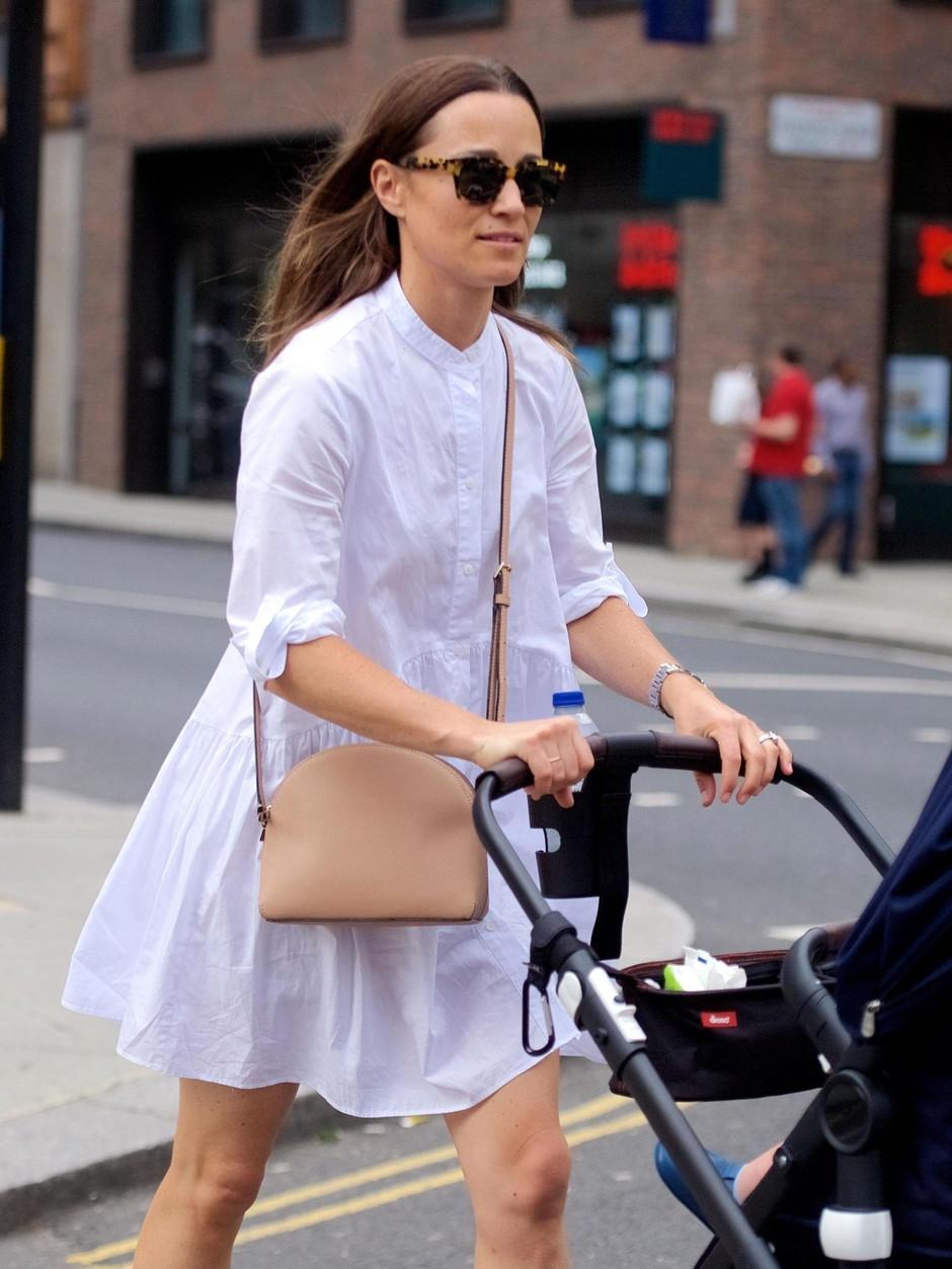 Сестру Кейт Миддлтон в бюджетном наряде от Zara сфотографировали на прогулке