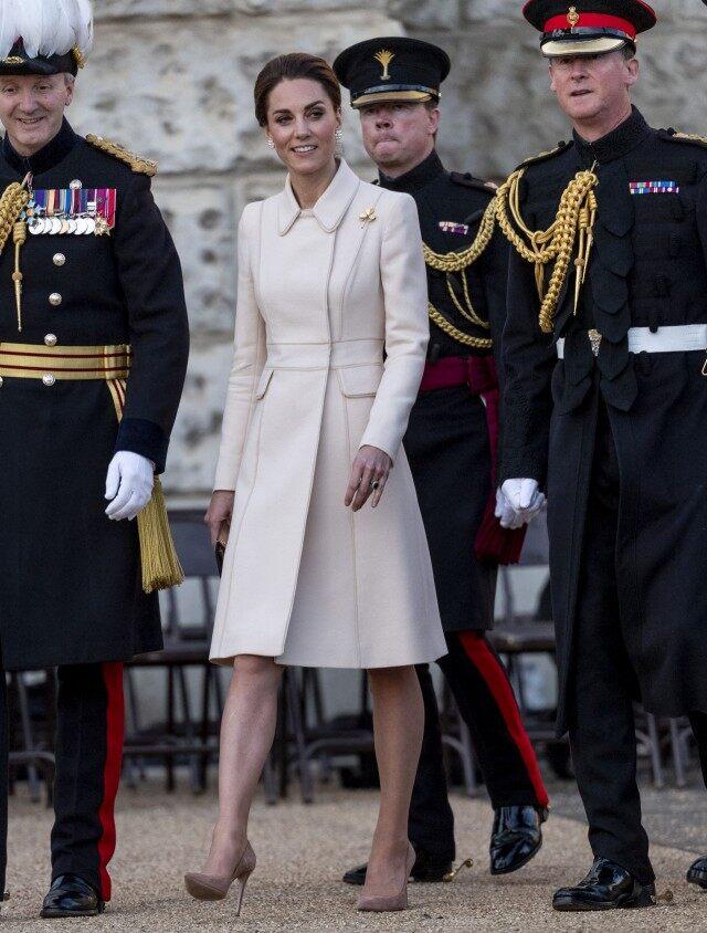 Кейт Миддлтон в кремовом пальто приняла парад конной гвардии