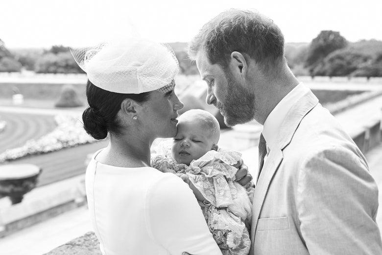 Принц Гарри и Меган Маркл выложили фото с крещения их сына Арчи