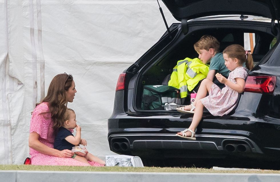Дети Кейт Миддлтон и принца Уильяма играли в мяч во время матча в поло