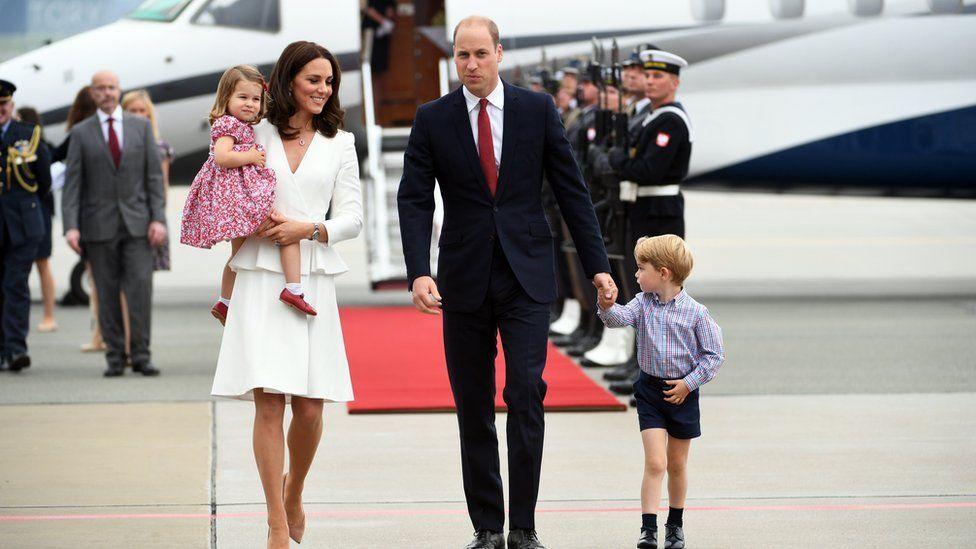 Принц Уильям и Кейт Миддлтон с детьми вернулись в Англию бюджетным авиарейсом